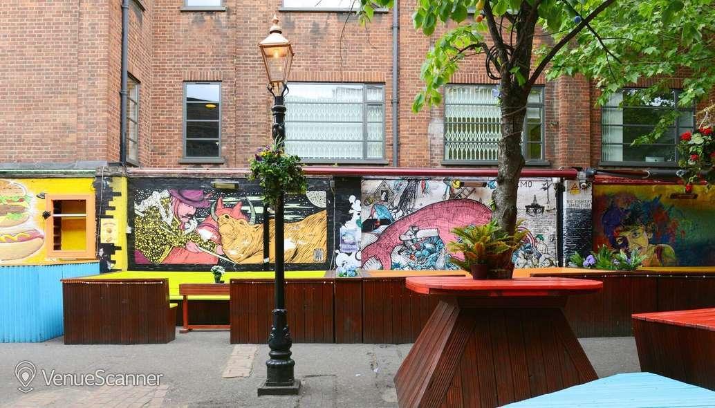 Hire Cargo Outdoor Space / Garden 2