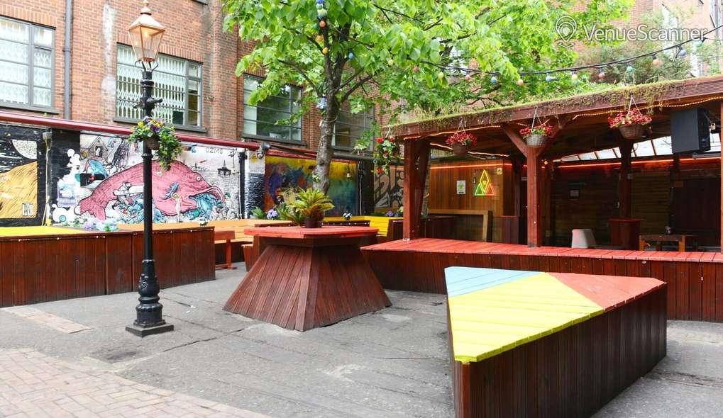Hire Cargo Outdoor Space / Garden 1